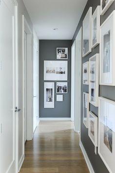 mur de cadres, porte blanche, parquet stratifié, cadres photos blancs, murs gris