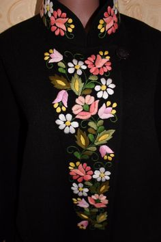 Embroidery On Kurtis, Hand Embroidery Dress, Kurti Embroidery Design, Embroidery Neck Designs, Hand Embroidery Videos, Embroidered Clothes, Embroidery Fashion, Embroidery Motifs, Fabric Painting On Clothes