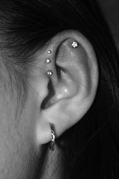 Trending Ear Piercing ideas for women. Ear Piercing Ideas and Piercing Unique Ear. Ear piercings can make you look totally different from the rest. Innenohr Piercing, Ear Piercings Tragus, Tongue Piercings, Female Piercings, Top Of Ear Piercing, Cartilage Hoop, Tragus Stud, Front Helix Piercing, Ear Piercings
