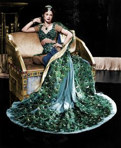"Hedy Lamarr wearing the ""peacock dress"" in 'Samson and Delilah,' Costume design by Edith Head. Old Hollywood, Viejo Hollywood, Hollywood Glamour, Helen Rose, Edith Head, Peacock Dress, Peacock Costume, Green Peacock, Vintage Outfits"