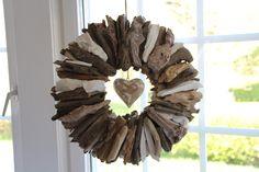 Treibholz in weiß, verschiedenen Brauntönen und weiß gewischt. Die Mitte ziert ein weiß gewischtes Holzherz. Einmalig schön!