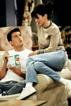 Monica is the controlling one in the relationship with Chandler Friends Outfits Chandler controlling Monica relationship Chandler Friends, Friends Tv Show, Friends Mode, Tv: Friends, Serie Friends, Friends Cast, Friends Moments, Friends Forever, Monica Friends