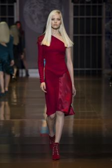 Women's fashion and accessories - FW 2014 - Fashion Show Collection - Versace 2014 Versace Fashion, Red Fashion, Runway Fashion, Womens Fashion, Fashion Trends, Fashion Show Collection, Italian Fashion, Passion For Fashion, Lady In Red