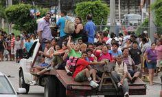 """En la ciudad algunas tiendas fueron saqueadas al comenzar la escasez de alimentos ocasionada por los daños producidos por el paso de los ciclones tropicales """"Manuel"""" e """"Ingrid"""" por México. El Gobierno mexicano confirmó hoy que son ya 47 las víctimas mortales que han dejado en el país las lluvias, los derrumbes y los estragos en infraestructuras causados por el huracán """"Ingrid"""" y la tormenta """"Manuel"""" a su paso por el país."""
