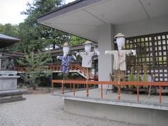 案山子は参道脇で、神嘗祭奉祝祭にて懸税(かけちから)としてお供えされる稲穂を守っています。