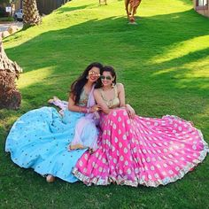 Bridal Lehenga Love – Must Have Poses & Clicks for your Wedding Album! Friend Poses Photography, Indian Wedding Photography Poses, Diwali Photography, Bridal Lehenga, Saree Wedding, Wedding Dance Video, Wedding Album, Bridesmaid Poses, Best Friend Poses