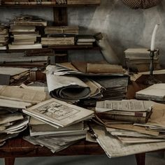 decorating with old books Draco Malfoy Aesthetic, Slytherin Aesthetic, Hogwarts, Le Castor, Brown Aesthetic, Ravenclaw, Aesthetic Pictures, Light In The Dark, Aesthetic Wallpapers