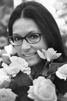 Nana Mouskouri Nana Mouskouri, Her Music, White Roses, Aesthetic Wallpapers, Most Beautiful Pictures, Anime, Movie Stars, Singers, Peeps