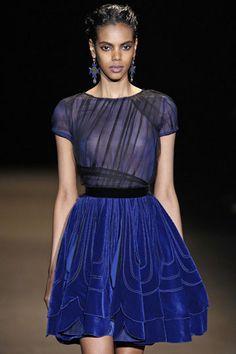 Vestido azul con falda de terciopelo y cuerpo con transparencias, de Alberta Ferretti.
