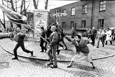 Mujer golpeando a un neonazi con su bolso, Suecia, 1985