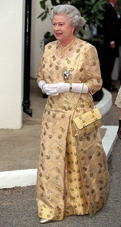 Queen Elizabeth II : : In she attended a ball in Marlow wearing a tailored gold-brocade column dress - this is a style that she has adopted for evening-wear in her later years - it's a flattering style, and is always dignified and regal looking. Queen Fashion, Royal Fashion, Fashion Looks, Ladies Fashion, Elizabeth Taylor, Queen Elizabeth Ii, Die Queen, Style Royal, Royal Queen