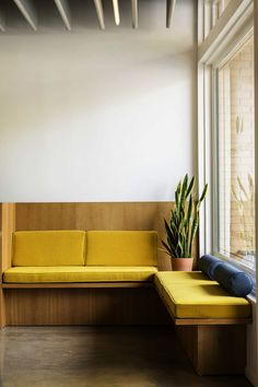 ultra modern bench seating :: Otto Design Group, Lumen Optometric, Sierra Madre, Los Angeles, Photographed by Laure Joliet 2017 Kitchen Banquette, Banquette Seating, Kitchen Seating, Kitchen Booths, Kitchen Nook, Kitchen Backsplash, Booth Seating, Office Seating, Built In Seating