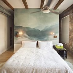 A stunning mural turns this bedroom into a gorgeous and totally inspiring place. (image by Clayton Hauck, in English and Spanish)