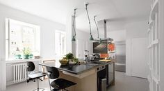 Køkken: simpel kogeø og vitrineskabe på en hel væg. Genialt og enkelt.