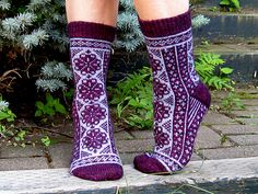 Fair isle doesn't need to be a huge sweater Ravelry: Fireweeds pattern by Rose Hiver Knit Mittens, Knitting Socks, Knitting Stitches, Knitting Patterns Free, Free Knitting, Free Pattern, Knit Socks, Crochet Socks Pattern, Knit Crochet