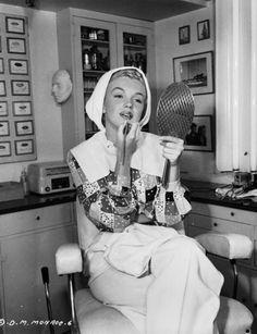 Marilyn Monroe in her make up room