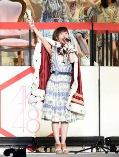 アイドルグループ「AKB48」の45枚目のシングル(発売日未定)を歌う選抜メンバーを決める「第8回AKB48選抜総選挙」が18日、新潟・HARD OFF ECOスタジアム新潟で開票され、前回女王のHKT48の指原莉乃さんが、過去最多となる24万3011票を獲得し、2年連続3度目の女王に輝き、史上初の連覇を達成した。2年ぶり2度目の首位を目指したAKB48の渡辺麻友さんは2位、3位はSKE48の松井珠理奈さんだった。