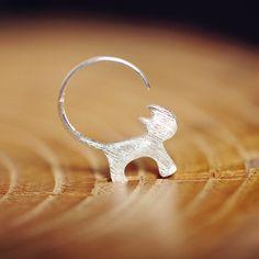Pendiente de aro gato de plata, hecho a mano en DaWanda.es