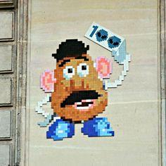 Si vous vous baladez souvent dans la ville de Paris, vous aurez surement remarqué ces petites mosaïques sur les immeubles parisiens à l'effigie des petits vaisseaux spatiaux du jeu vintage Space Invaders. Oeuvres de l'artiste parisien Invader, ces fresques sont depuis le début du mois d'août, la cible d'un duo de