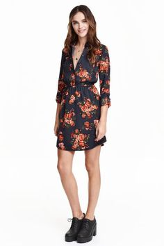 Shirt dress: Short dress in a viscose weave with a shirt collar, buttons at the top, chest pockets, an elasticated seam at the waist and long sleeves with a tab and button.