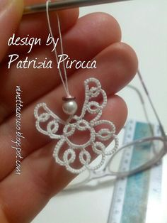 I found this cute angel in Pinterest, a picture with numbers on it, I could not resist tatting it, it's so lovely!     Designed by Patrizia ...