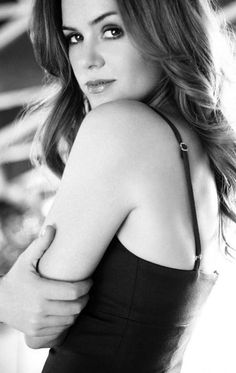 Beauty secrets: Isla Fisher doesn't pluck, exfoliate or have any 'vajacials' but she does make great use of Spankx Isla Fisher, Beautiful Redhead, Beautiful Celebrities, Beautiful Actresses, Gorgeous Women, Pretty People, Beautiful People, Beautiful Boys, Pretty Girls