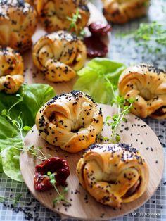 Smaczna Pyza: Bułeczki zawijane z warzywami i serem Crumpets, Bagel, Cornbread, Feta, Biscuits, Rolls, Cooking Recipes, Breakfast, Dom
