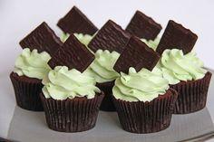 Chokolade cupcakes med mint frosting, også kaldet after eight cupcake. Christmas Donuts, Christmas Chocolate, Christmas Baking, Baking Cupcakes, Cupcake Recipes, After Eight Chocolate, Mint Frosting, Mint Chocolate, Chocolate Cakes