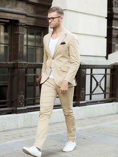 そろそろベージュもトライできるかなぁ。。。好印象カラーのベージュスーツに白Tを合わせ、大人カジュアルに! | メンズファッションの決定版 | MEN'S CLUB(メンズクラブ)