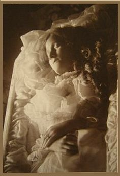 Very peaceful post mortem Old Pictures, Old Photos, Vintage Photos, Louis Daguerre, Memento Mori, Post Mortem Pictures, Post Mortem Photography, Victorian Pictures, After Life