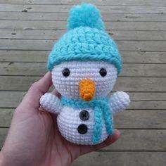 Kijk wat ik gevonden heb op Freubelweb.nl: een gratis haakpatroon van Krafty Kait om dit leuke sneeuwpopje te maken  https://www.freubelweb.nl/freubel-zelf/gratis-haakpatroon-sneeuwpop-11/