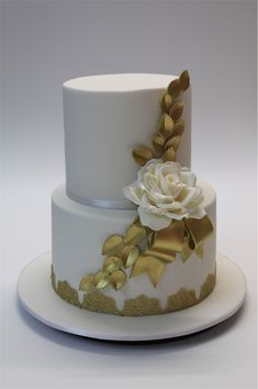 We specialise in custom wedding cakes & cupcakes for weddings located in Cairns, Port Douglas, Mission Beach and the Atherton Tablelands. Wedding Cakes With Cupcakes, Cupcake Cakes, Birthday Cake For Women Simple, Golden Cake, Modern Flower Arrangements, Bolo Fake, Cairns, Cake Designs, Amazing Cakes