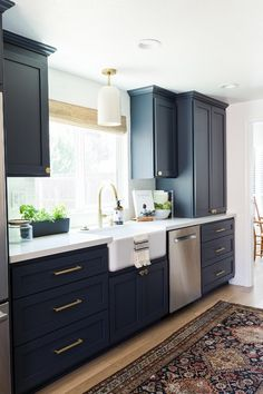 Copy these Fabulous 5 Kitchens with Farmhouse Kitchen Decor Accents - Check out these amazing farmhouse kitchens and recommended accents […] Small Farmhouse Kitchen, Kitchen On A Budget, Farmhouse Kitchens, Farmhouse Design, Rustic Farmhouse, Kitchen Country, Red Kitchen, Kitchen Ideas, Kitchen Modern