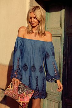 Trendy bohemian street style for summer FEMALINE Make sure you check out all our articles on fashion wellness and health. We share the best hippie outfits ideas boho fashion inspiration for your style. Boho Summer Outfits, Boho Outfits, 30 Outfits, Gypsy Style, Bohemian Style, Boho Chic, Feminine Mode, Mode Hippie, Look Boho