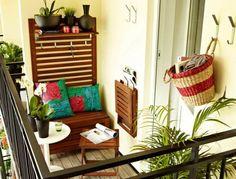 kleinen balkon gestalten dekokissen pflanzen klappbare möbel