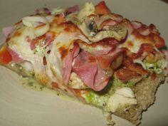 Hvit pizza med kylling, mozzarella og spekeskinke (havremel brukt til bunn)