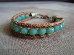 Pulseira confeccionada com couro caramelo trançado e cristais tchecos na cor verde. Partes em metal na cor ouro velho.  Comprimento: 17cm + 4,5cm de corrente extensora R$49,90