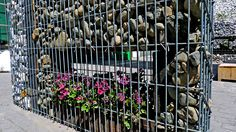 Terraza, muro de gaviones con jardinera Small Gardens, Stone, Building, House, Gabion Wall, Window Boxes, Rock, Terrace, Walls