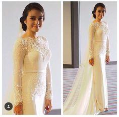 By nurita harith Malay Wedding Dress, Muslim Wedding Dresses, Wedding Dress With Veil, Dream Wedding Dresses, Wedding Attire, Wedding Gowns, Bridal Outfits, Bridal Dresses, Winter Dresses