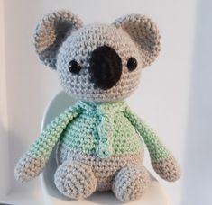 Chris - Koalakarhu Ohjeet Crotchet Patterns, Knitting Patterns Free, Free Pattern, Crochet Ideas, Easy Knitting Projects, Knitting For Kids, Knit Or Crochet, Crochet Toys, Felt Clutch
