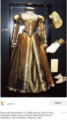 Uno de sus vestidos...a a moda de esa época...