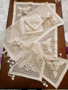 This Pin was discovered by Neş Crochet Leaf Patterns, Crochet Doily Rug, Crochet Lace Edging, Crochet Tablecloth, Doily Patterns, Filet Crochet, Crochet Baby Sweaters, Diy Crafts Crochet, Basic Embroidery Stitches
