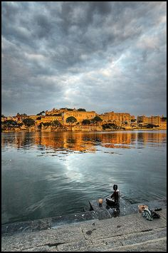 Bathing in Udaipur  India's Venice, Udaipur is encased with sparkling lakes with the exuberant Aravali hills in the background. Jag Mandir and Jag Niwas along with Fetah Sugar Lake are some places of historic values. The City Palace with epic courtyard and paintings are enjoyable.