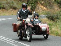 Spätestens wenn Du den Helm aufsetzt und in den Seitenwagen des historischen Motorrads steigst, fängt es an zu prickeln - die Tour ist so genial und zeigt Dir Kapstadt aus einer völlig neuen Perspektive - und es ist ein Riesenspaß! Neugierig? Lest mehr in unserem Blog! motorrad kapstadt, kapstadt, kapstadt ausflugstipp, kapstadt erleben, seitenwagentour, südafrika, südafrikareise, südafarikaurlaub, südafrika erlebeb´n Safari, Ural Motorcycle, National Botanical Gardens, African Penguin, Somerset West, Seaside Towns, Riding Gear, Vintage Bikes, Cape Town