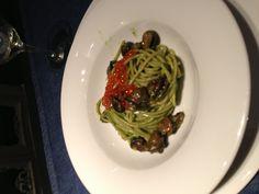 Spaghetti cocco con lumache e uova di salmone cucinati sottovuoto
