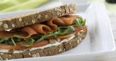 Sándwich de salmón con queso, nueces y rúcula
