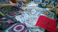Kalevala CAL peittoja virkkaajien ihailtavana. Kokoonnuimme Menitan myymälässä Soukassa ja tottakai mallipeiton virkanneet ottivat peiton mukaan tapaamiseen. #kalevalacal #kalevalacal2017 Afghans, Blanket, Crochet, How To Make, Crochet Blankets, Ganchillo, Blankets, Cover, Crocheting