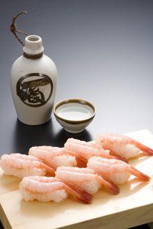 Sweet Shrimp sushi with sake Nigiri Sushi, Sashimi, Sushi Guide, Shrimp Sushi, Sweet Shrimp, Japanese Food Sushi, Sushi Recipes, Exotic Food, Appetisers