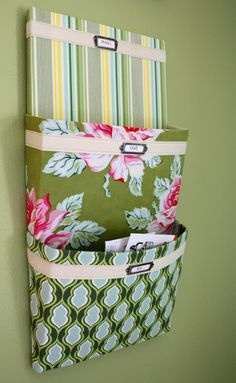 How to Make a Fabric Mail Organizer {organize}If your mail is piling up in your kitchen, this might just be the tutorial for you! Learn how to create a fabric mail organizer to hang on your wall.View This Tutorial Diy Projects To Try, Craft Projects, Sewing Projects, Hanging Mail Organizer, Letter Organizer, Fabric Organizer, Fabric Storage, Diy Organizer, Letter Holder