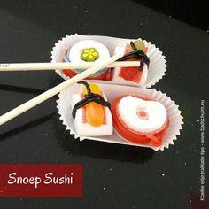 Deze snoep sushi traktatie is mooi, lekker en simpel om te maken. Hij hoort niet voor niets bij mijn reeks 'Koekie eitje traktatie tips'! Dat zijn snelle maar leuke traktaties die iedereen kan maken. Dus niet teveel gedoe met een maximaal effect! Met deze traktatie leer je wel op een erg lekker, zoete manier met stokjes eten ;). Snoep sushi trakteren, snoep suchi zelf maken, sushi kindertraktatie,